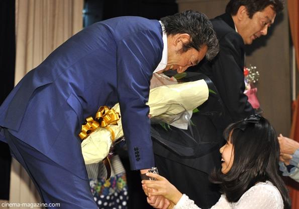 花束を受け取る松方弘樹