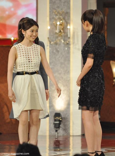 ステージに登壇して前田敦子の前に立った大島優子