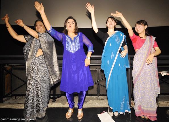 観客にダンスを教えるファラー・カーン監督。インド大使、通訳、司会も踊っていた。