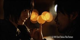 主演の長澤奈央。右にいるのは共演のヒロ マスダ。